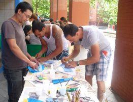 """Hombres y mujeres de etnia gitana participan """"en igualdad"""" en talleres de manualidades"""